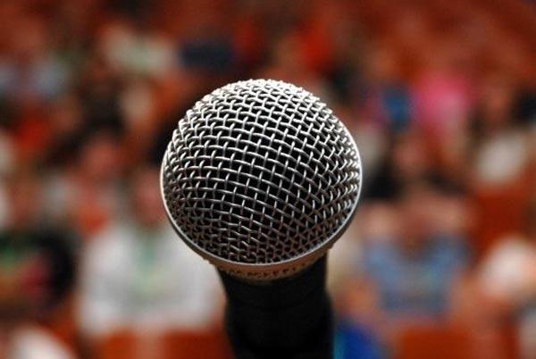 Страх. выступления. Страх выступлений. Микрофон. Полный зал.
